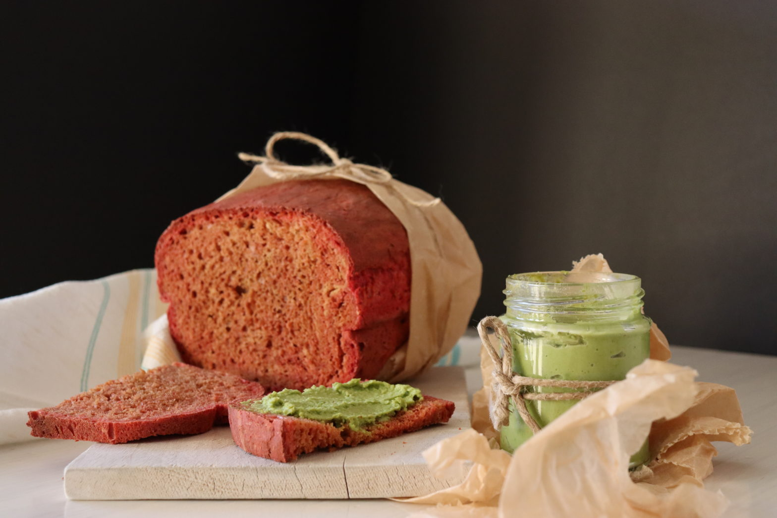 Rote Beete Brot mit grunem Erbsenaufstrich