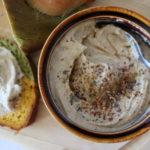 bunte Scheibe Brot mit Schale Hummus