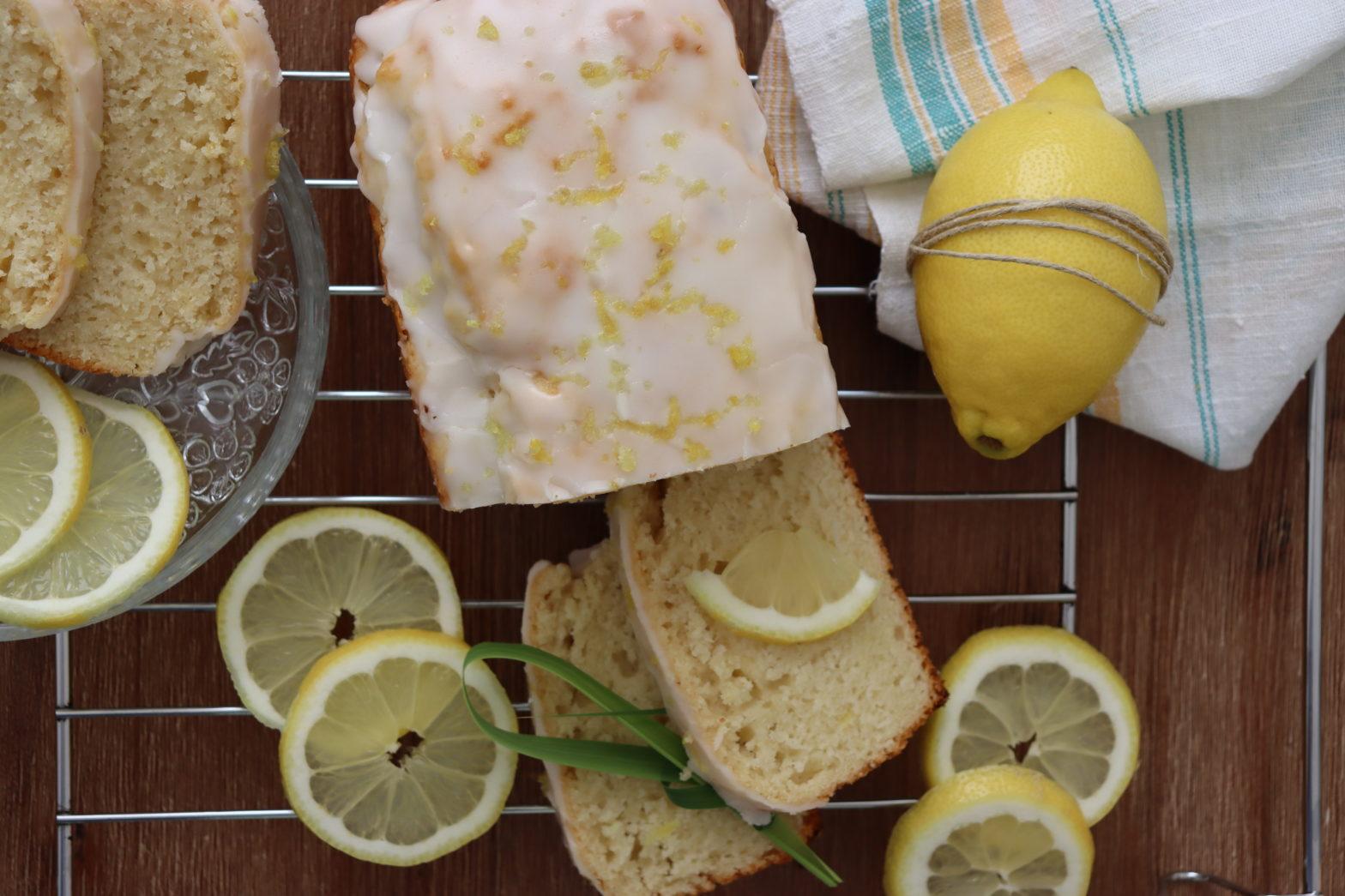 Zitronenkuchen mit vielen Zitronenscheiben
