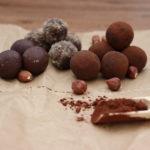 Energiekakaobällchen mit Kakao und Nüssenmantel