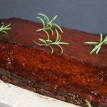 посно печење од леќа премачкано со посен сос за скара и декорирано со гранчиња рузмарин